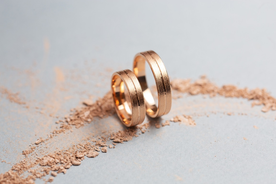 Как создают матовые обручальные кольца